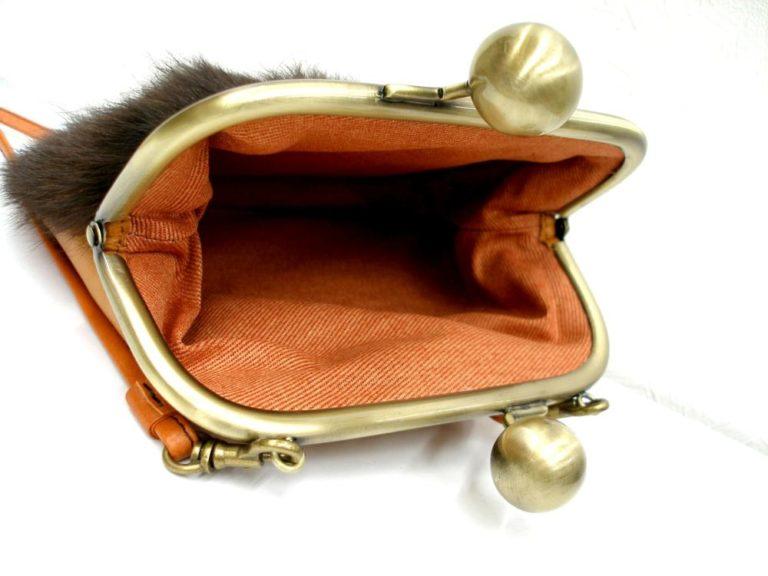小物も贅沢にオールレザー! がま口ポシェット ショルダーストラップ付 モフモフ毛皮×キャメル 謎の生きモノ?